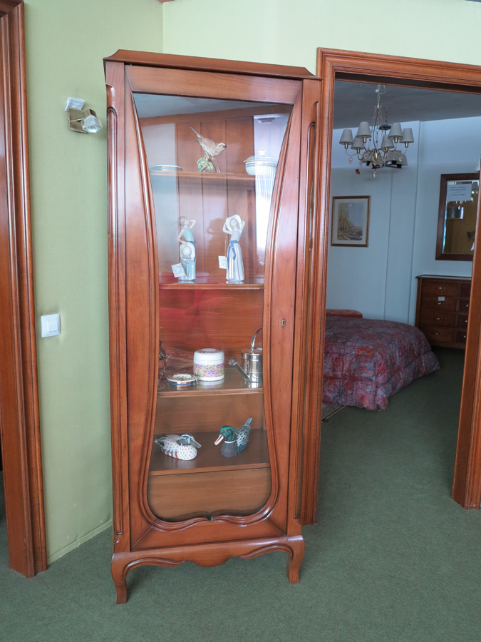 Vitrina madera de cerezo muebles arribas for Muebles valenti catalogo