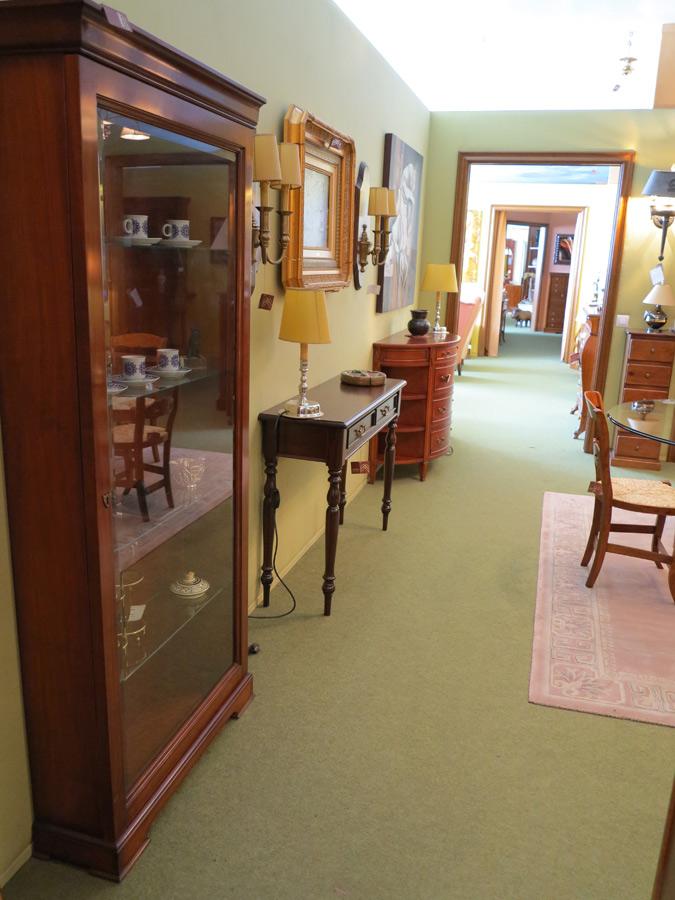 Vitrinas y c modas muebles arribas for Muebles valenti catalogo
